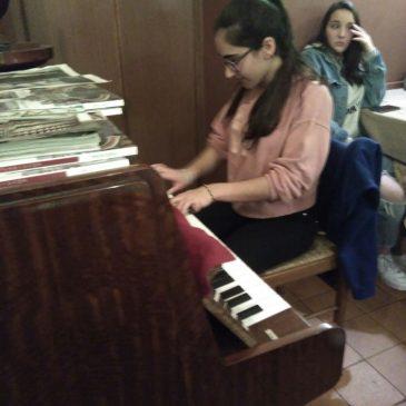 La Berta ens toca el piano mentres sopem